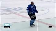 Хокеист танцува след попадение - за забавата