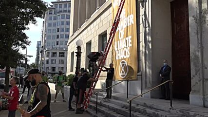 USA: XR activists climb onto Chamber of Commerce in performance protest