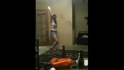 Пияно момиче се пребива яко