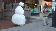 Страшен снежен човек плаши хората ( смях )