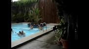 Куче бута хора в басейна