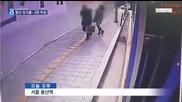 Мъж и жена падат във внезапно отворила се дупка