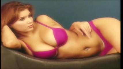 Секси червенокоска с големи гърди, която не трябва да изпускаш