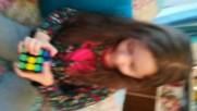 Дете на 5 години реди кубче Рубик