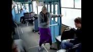 Руска баба танцува в автобус (смях)