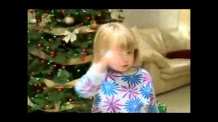 Малко Момиченце Изпълнява Коледна Песничка