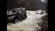 Лаз Дърпа Друг Джип През Река Като През Асвалт !!!