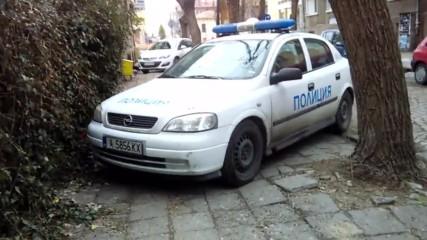 Само В България - Полицията Пази Тротоара От Пешеходци!