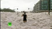 Пяна изпълва австралийски град след тропически циклон