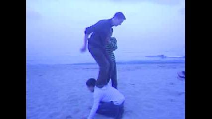 Троен Тулуп На Плажа В Пясъка