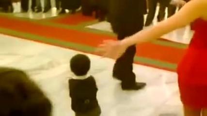 Това дете завладя дансинга