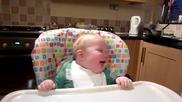 Бебе се смее като Доналд Дък