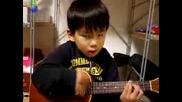 Дете пее и свири