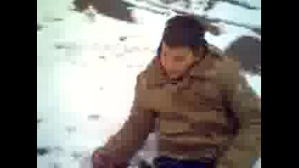 Lud 4ovek se vargalq v snega
