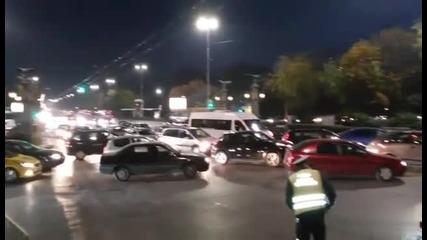 Полицията отбива движението на Орлов мост минути преди протеста да стигне до мястото