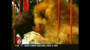 Сладък лъв прегръща и раздава целувки :*