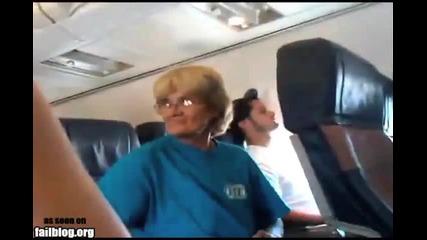 Откачена бабка в самолета