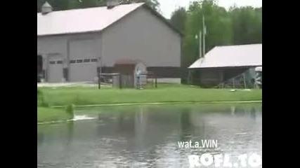 Кола с дистанционно оправление се движи по вода.