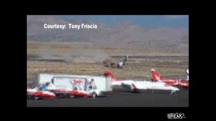 Самолет катастрофира по време на летателно шоу