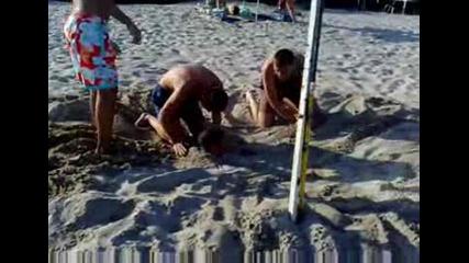 Заравяне на човек в пясъка (приморско 2009 яка компания)