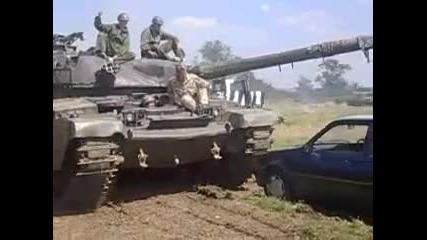 Как танк минава през малка кола