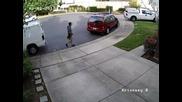 Куриер удря автомобил, след което доставя пратката