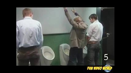 10 неща, които не трябва да правите в мъжката тоалетна