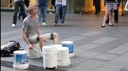 Много добър уличен барабанист