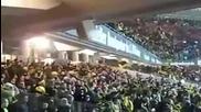 Фенове разклащат стадион