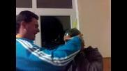 идиот поставя презарватив на главата си (смях)