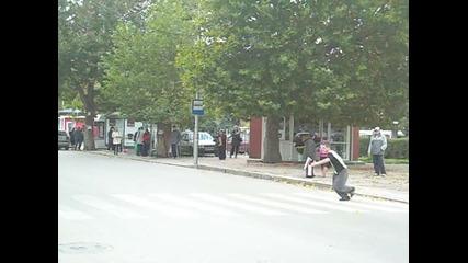 Ето как според мен трябва да преминаваме улицата :d