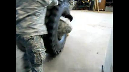 Американски войници се забавляват с гума.