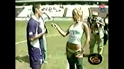 Секси репортерка си сваля гащите пред цял стадион