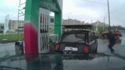 Ето какъв работник купонджия зарежда колите на бензиностанция в Русия !