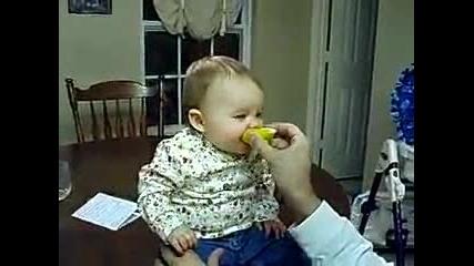 Смях бебе яде кисели лимони :d