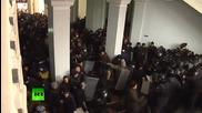 Протестиращи превземат със сила сградата на градския съвет във Виница(украйна)