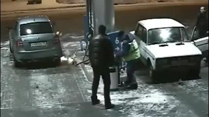 Така се гаси кола на бензиностанция ! Смях !