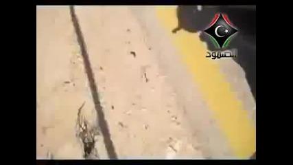 18+ Бунтовници бият Муамар Кадафи