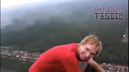Луди деца си игрят на 1 километър от земята