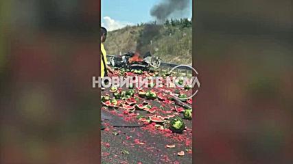 Десетки дини се изсипаха на пътя при катастрофа на магистрала