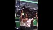Как обикновен индиец качва мотора си върху автобус