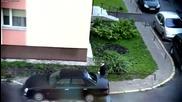 Внимавайте, къде си паркирате колите.лудата бабичка в действие ..!!...
