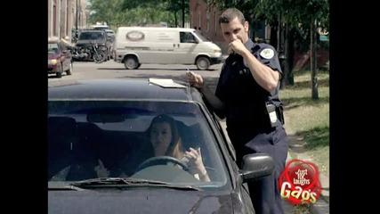 възбуден полицай. скрита камера