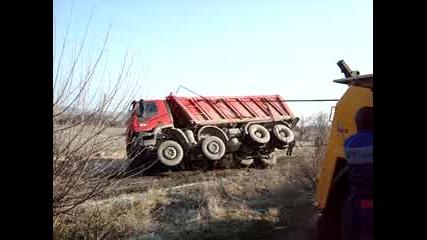 Пътна помощ изправя на колела обърнат камион покрай главен път Е80 до Хасково