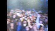 Will.i.am ( От Black Eyed Peas ) взима камерата на момче от публиката и снима сцената!