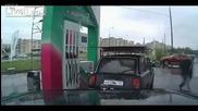 Смях ... Руснак прави лудо шоу на бензиностанция !!!