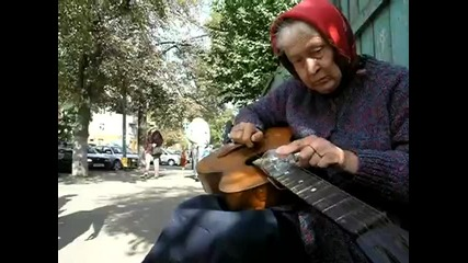 Баба свири по интересен начин