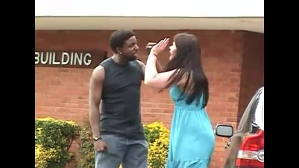 Глупав мъж удря приятелката си!