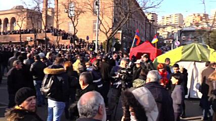 Armenia: Yerevan police guard perimeter around parliament during protester