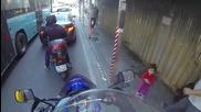 Любопитно детенце казва ''здрасти'' на преминаващ моторист